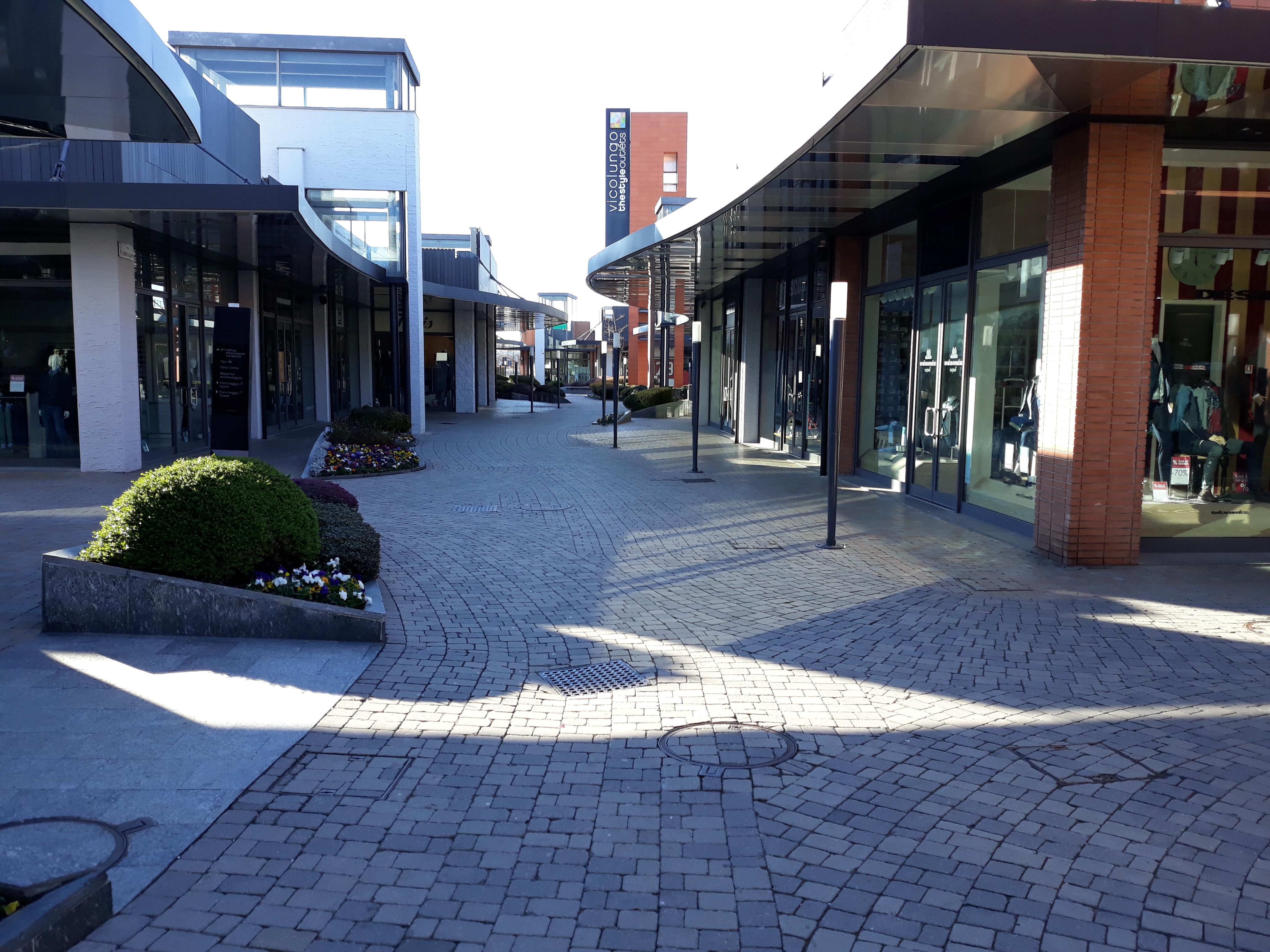 Realizzazione pensiline shopping center